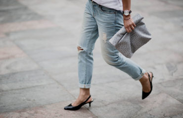 ripped-jeans-mens-shirt-lunch-bag-outfit-blogger-streetstyle